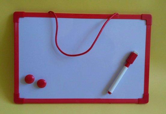 Бяла дъска за писане и рисуване с маркер и магнити - червена