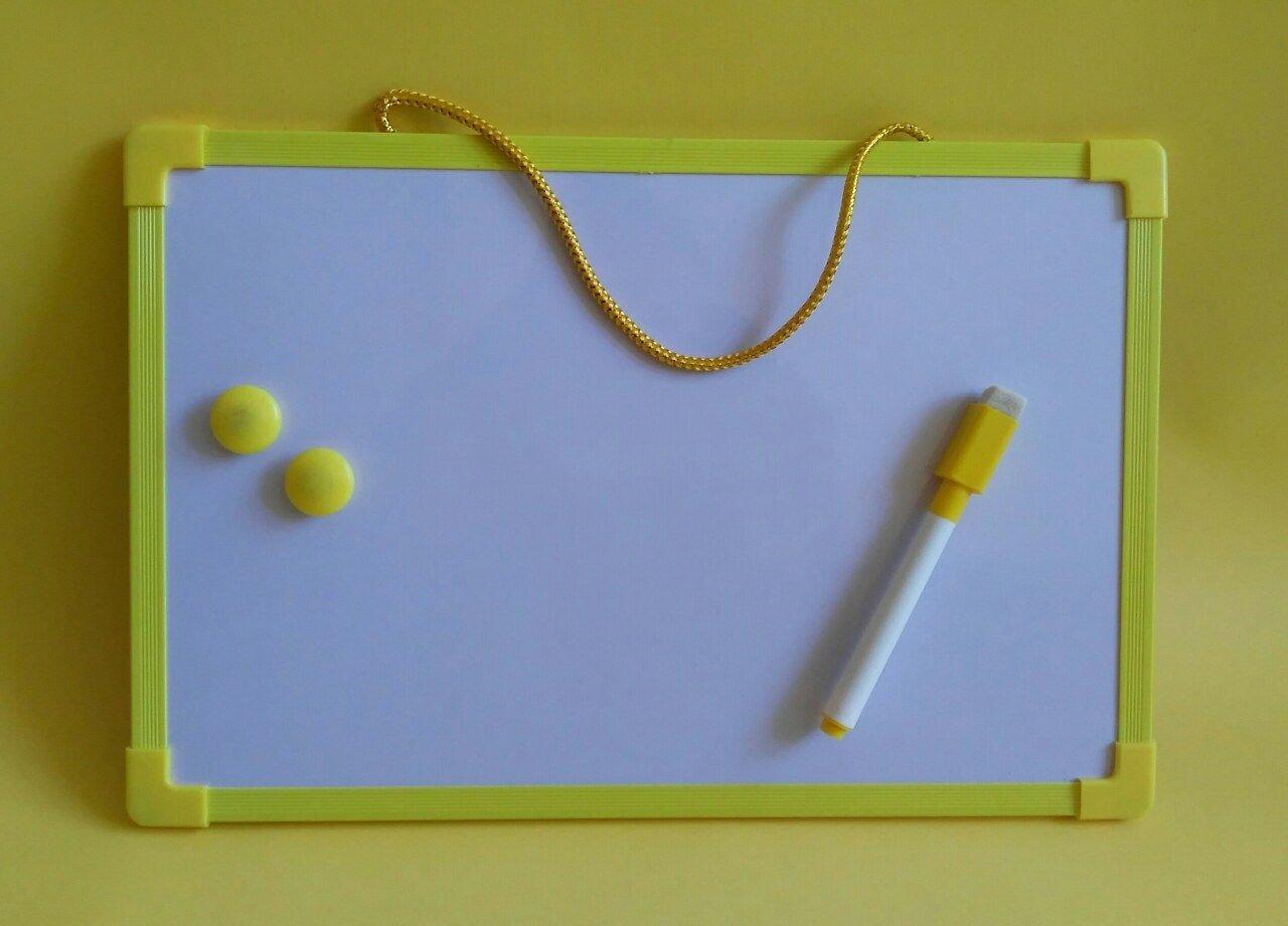 Бяла дъска за писане и рисуване с маркер и магнити - жълта
